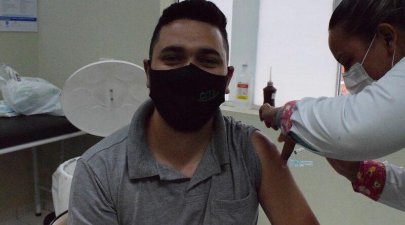 Moradores do distrito de entre rios recebem a segunda dose da vacina contra covid-19